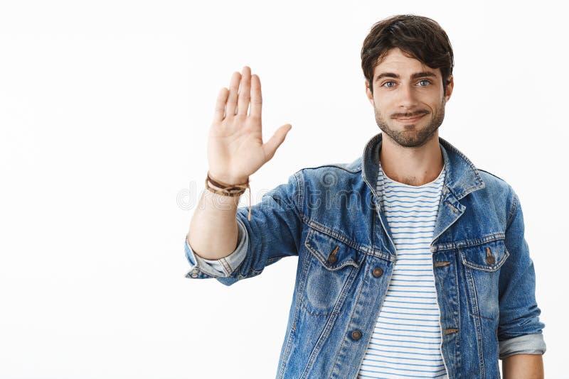 De het werkmens van Nice geeft hoogte vijf aan uw bro Portret van blije en vriendschappelijke steunende knappe ondernemer met stock afbeeldingen
