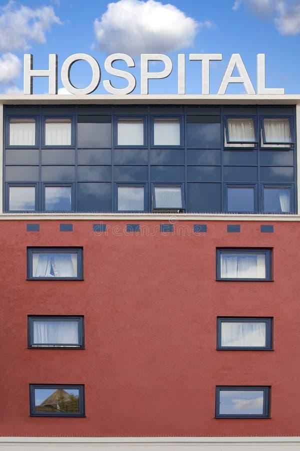 De het ziekenhuisbouw met dakteken stock afbeeldingen