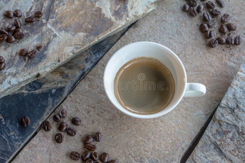 De hete die espresso in koffiekoppen Elke wordt gediend ochtend is een vraag aan wakker het lichaam stock foto's