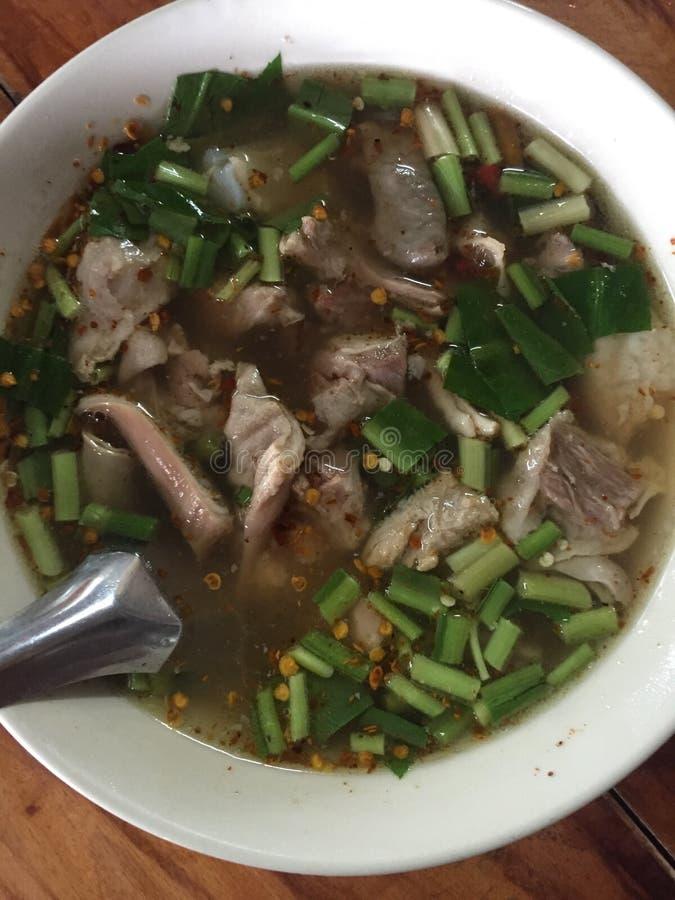 De hete en kruidige hete pot van de varkensvleesrib met tamarinde en Thaise kruiden royalty-vrije stock afbeeldingen
