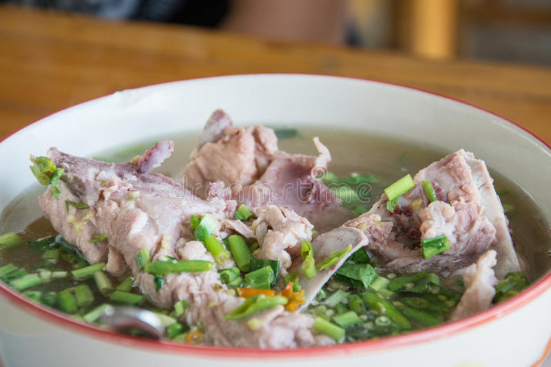 De hete en kruidige hete pot van de varkensvleesrib met Thaise kruiden stock fotografie