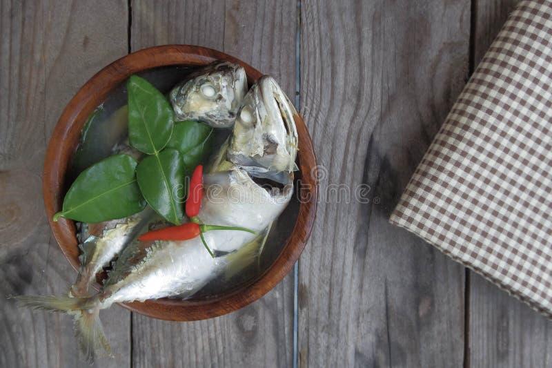 De hete en zure soep van makreelvissen in houten kom stock foto's