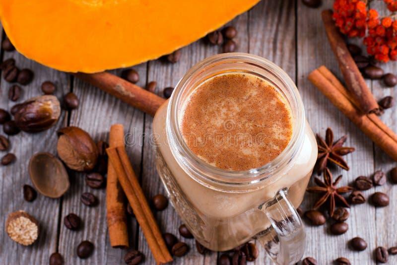 De hete gekruide pompoen latte of de koffie in kop verfraaide kaneel De herfst, dalings of de winterdrank Comfortabel ontbijt royalty-vrije stock foto