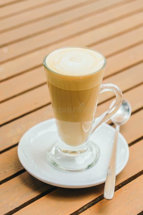 Download De Hete Kop Van De Lattekoffie Stock Afbeelding - Afbeelding bestaande uit hart, cappuccino: 107707223