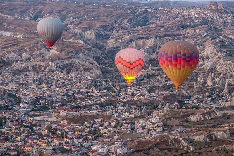 De hete luchtballon die over spectaculaire Cappadocia, Toeristen vliegen geniet van de overweldigende meningen over Cappadocia, T stock foto's