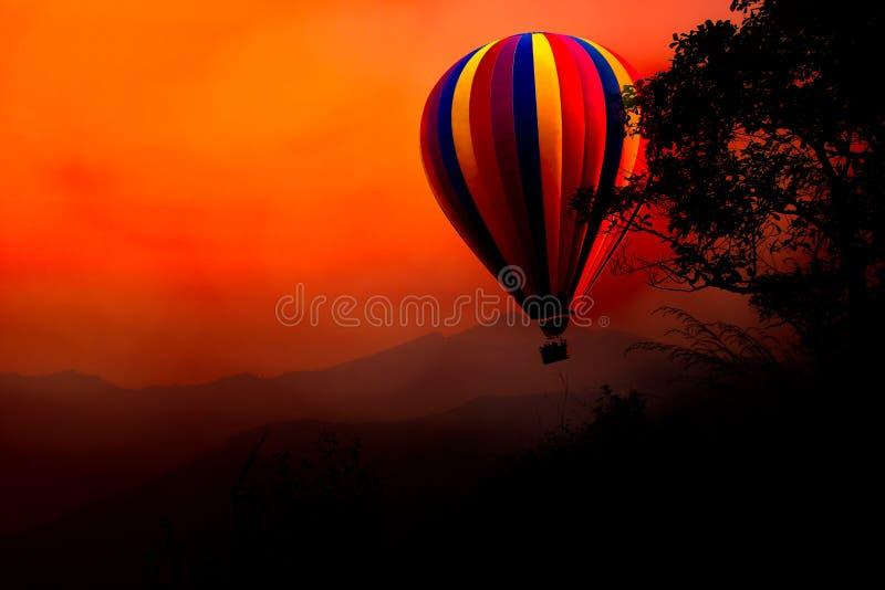 De hete luchtballon stijgt in de hemel bij zonsondergang royalty-vrije stock foto