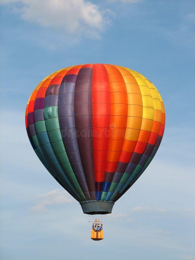 De hete luchtballon van de regenboog stock afbeeldingen
