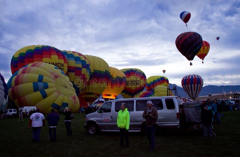 De Hete Luchtballons van regenboogryders bij Dawn At The Albuquerque Balloon-Fiesta stock afbeelding