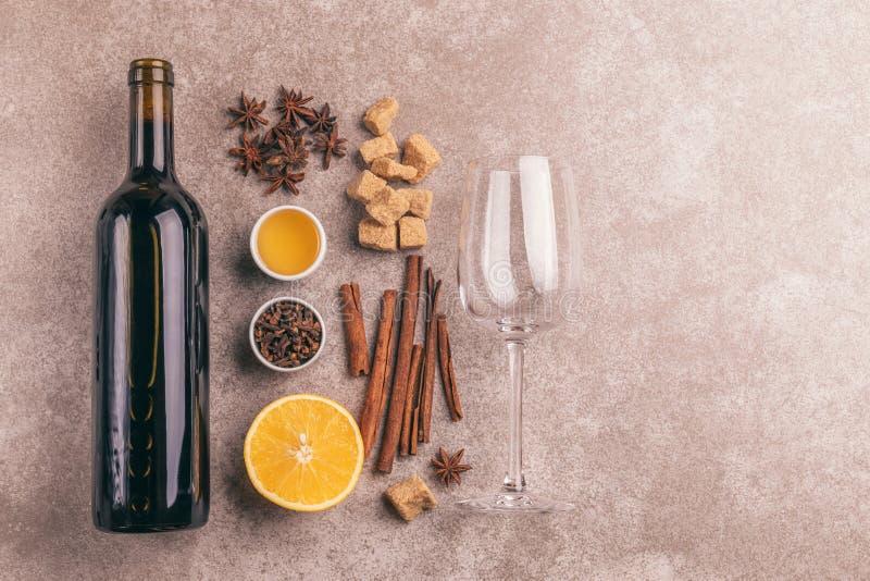 De hete overwogen ingrediënten van het wijnrecept De winter verwarmende drank stock fotografie