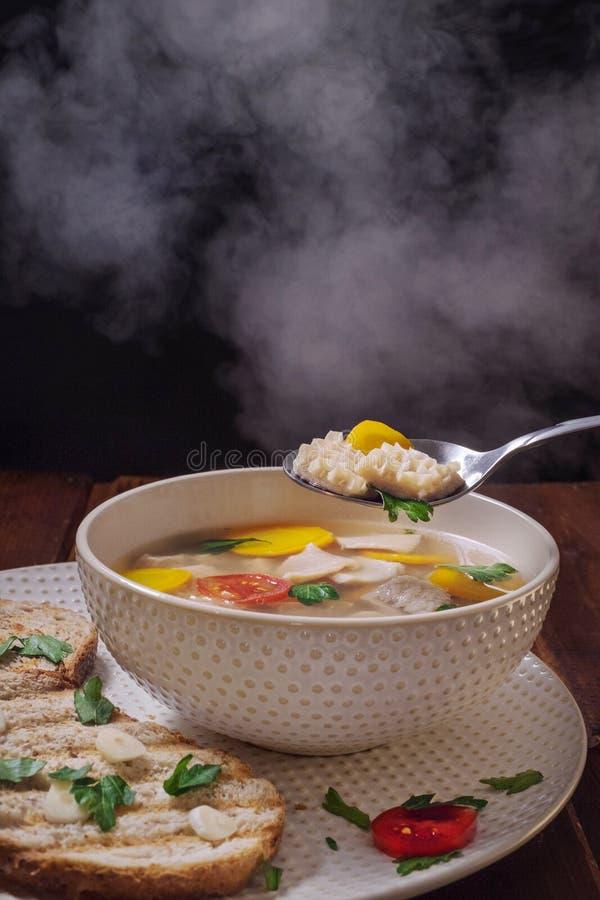 De hete soep khash met stoom, een stuk van gebraden brood raspte met knoflook, Kaukasische keuken stock foto's