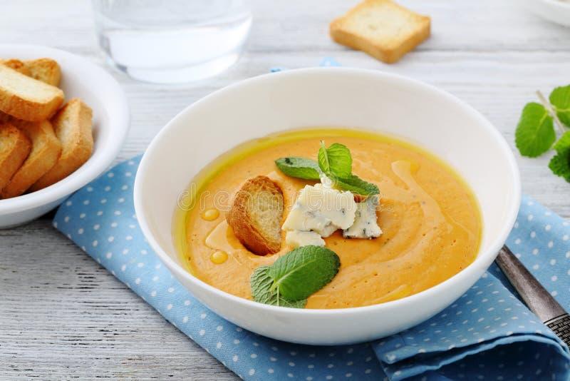 De hete soep van de pompoenroom met kaas royalty-vrije stock foto