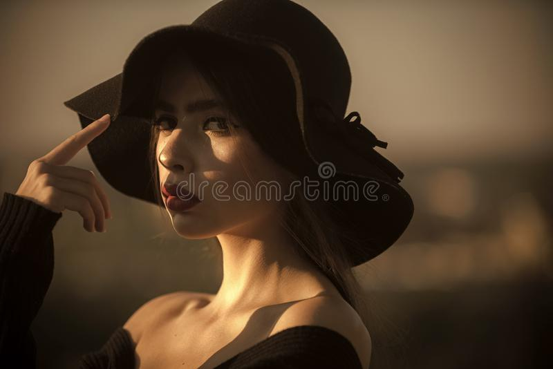 De hete van de de schoonheidsdame van het de zomermeisje van de de slijtagemanier van de de hoedenpartij van de de datum romantis stock afbeelding