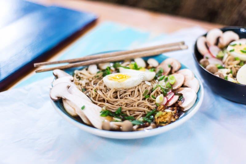 De hete vegetariër ramen met miso deeg, mushrooma en eieren stock fotografie
