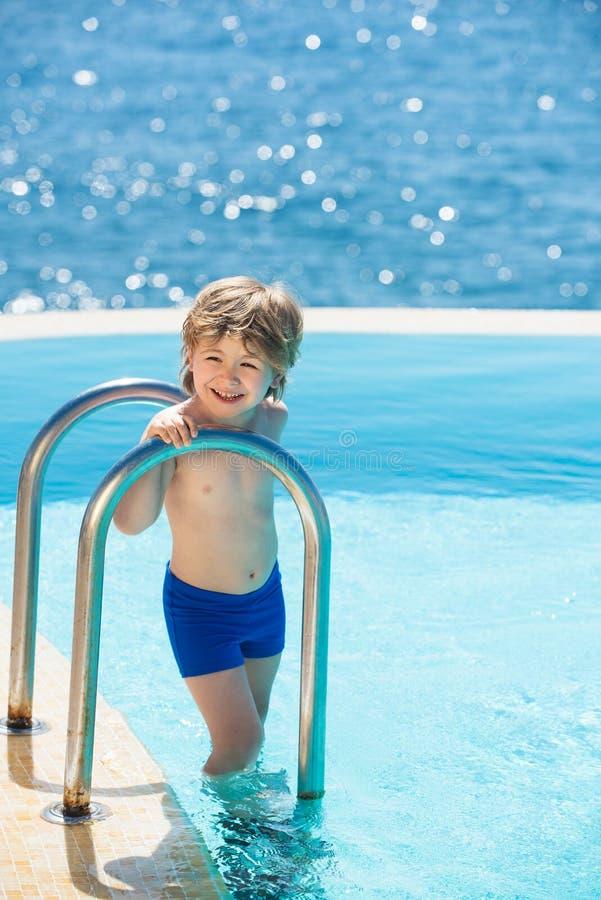 De hete zomer Jongeren die pret in zomer hebben Ontspan in kuuroord zwembad E Kind in de pool stock foto's