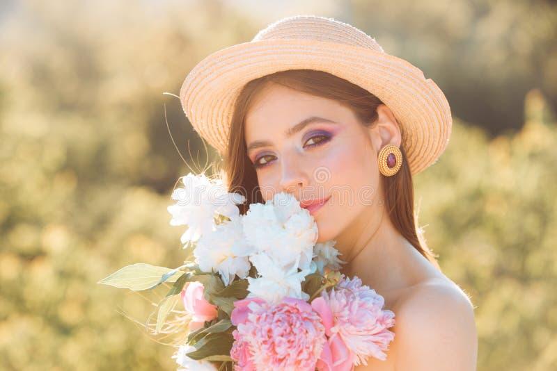 De hete zomer Natuurlijke schoonheid en kuuroordtherapie De zomermeisje met lang haar De vrouw van de lente De lente en vakantie  stock foto's