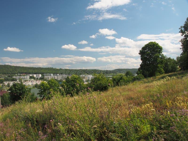 De heuvel biedt een mening van de stad Zhigulevsk aan Stedelijke structuur a stock afbeeldingen