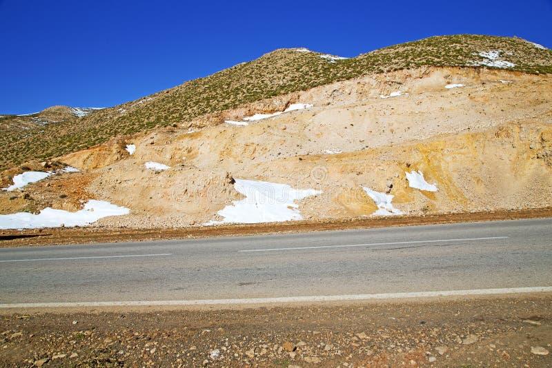 de heuvel in van het de hoekasfalt van Afrika de wilde grond van de de straat witte lijn is royalty-vrije stock fotografie
