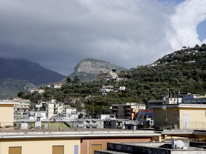 De Heuvels achter de toevlucht van Sorrento Italië stock afbeelding