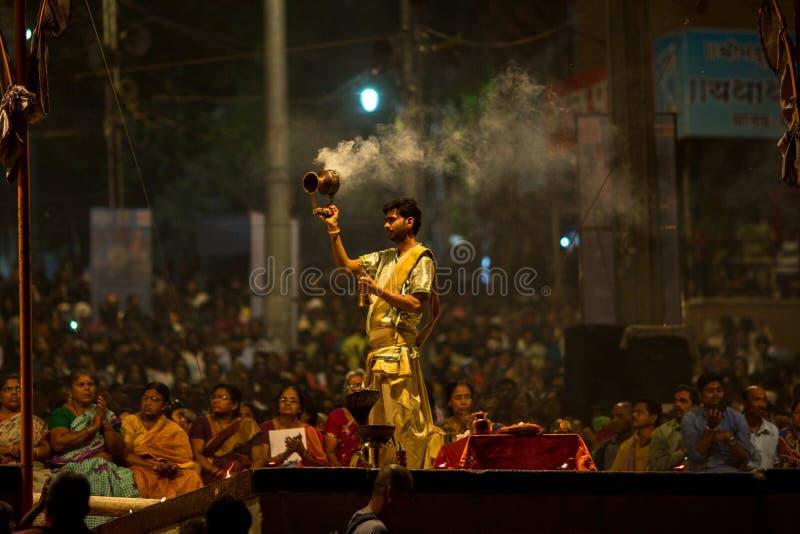Download De Hindoese Priester Voert Agni Pooja Sanskrit Uit: Verering Van Brand Op Dashashwamedh Ghat - Hoofd En Oudste Ghat Van Varanasi Redactionele Foto - Afbeelding bestaande uit mensen, cultuur: 114225216