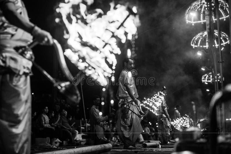 De Hindoese priesters voeren Agni Pooja Sanskrit uit: Verering van Brand op Dashashwamedh Ghat - hoofd en oudste ghat van Varanas stock afbeeldingen