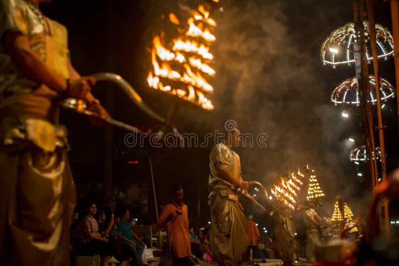 Download De Hindoese Priesters Voeren Agni Pooja Sanskrit Uit: Verering Van Brand Op Dashashwamedh Ghat - Hoofd En Oudste Ghat Van Varanas Redactionele Foto - Afbeelding bestaande uit azië, brahman: 114225886