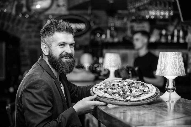 De Hipstercli?nt zit bij barteller De mens ontving heerlijke pizza Geniet van uw maaltijd Bedrieg maaltijdconcept Hongerige Hipst royalty-vrije stock foto