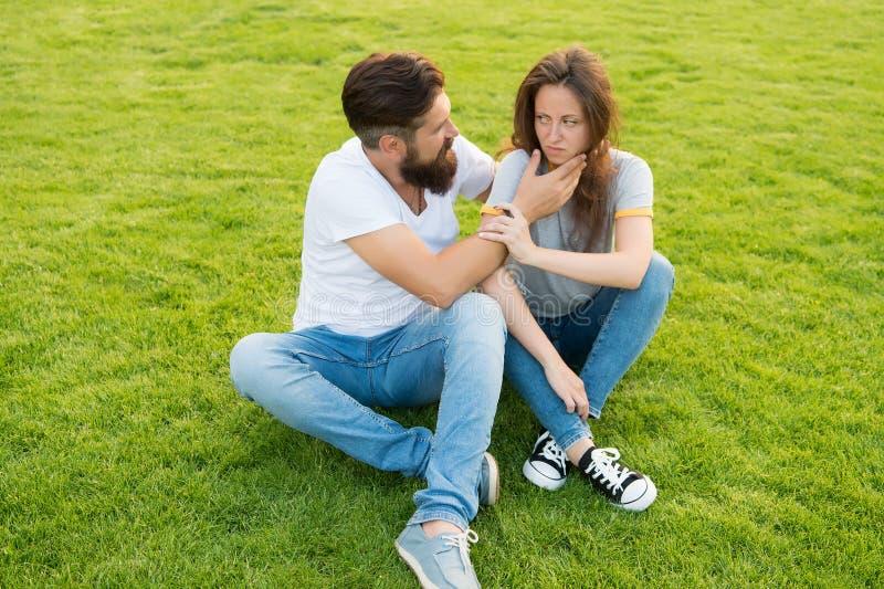 De Hipstermens met baard probeert om meisje te troosten misverstand in verhouding relatiesprobleem Familiepaar royalty-vrije stock afbeeldingen