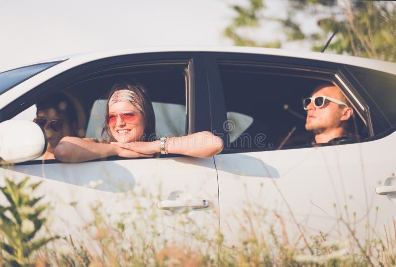 De Hipstervrienden op de weg halen over royalty-vrije stock foto's