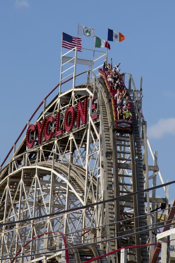 De historische achtbaan van de oriëntatiepuntCycloon in de sectie van Coney Island van Brooklyn stock foto's
