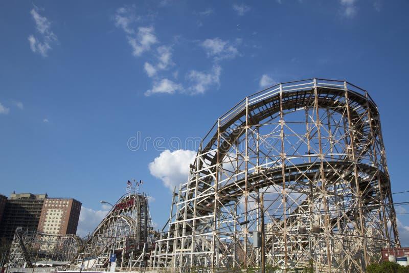 De historische achtbaan van de oriëntatiepuntCycloon in de sectie van Coney Island van Brooklyn stock afbeeldingen