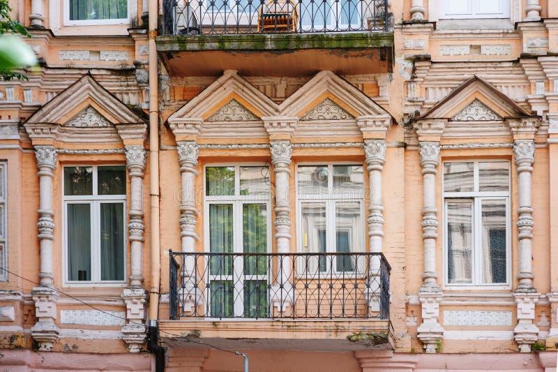 De historische architecturale bouw in oude stad stock afbeeldingen