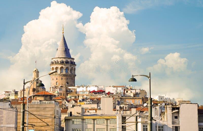 De historische architectuur van het Beyogludistrict en Galata-toren stock afbeeldingen