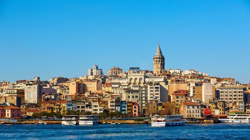 De historische architectuur van het Beyogludistrict en Galata-toren middeleeuws oriëntatiepunt in Istanboel, Turkije royalty-vrije stock fotografie