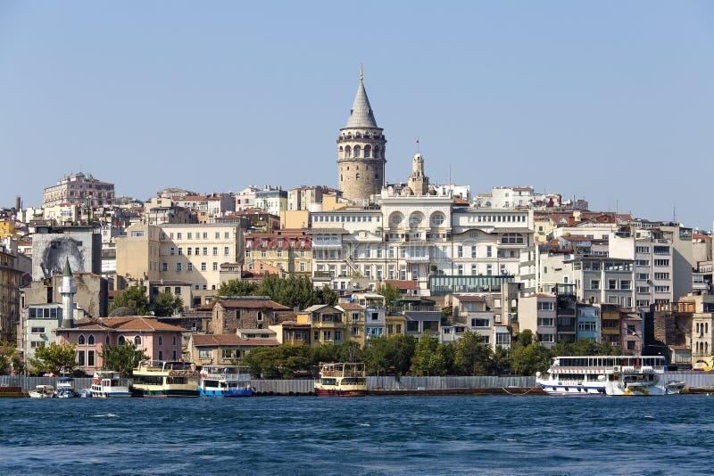 De historische architectuur van het Beyogludistrict en Galata-toren middeleeuws oriëntatiepunt over de Gouden Hoorn in Istanboel, stock afbeeldingen
