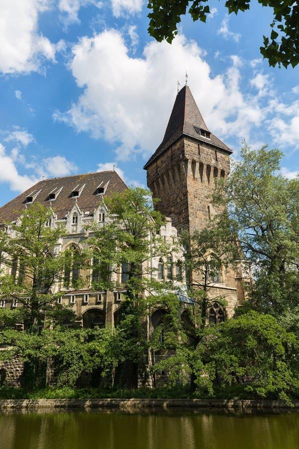 De historische bouw in het Kasteel van Boedapest - Vajdahunyad-met meer over de blauwe hemel in hoofdstadspark Varosliget stock foto