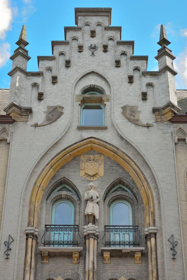 De historische bouw met een standbeeld van een Ridder stock foto's