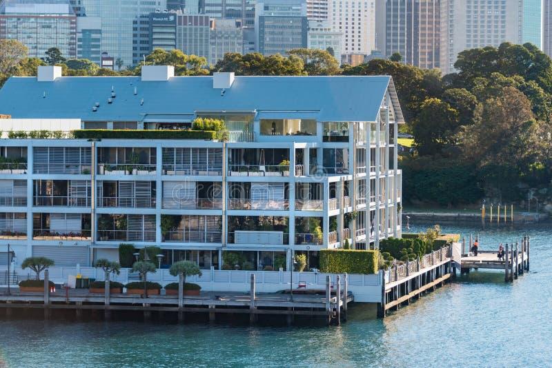 De historische bouw van de Woolloomooloowerf met de mening van Sydney CBD stock foto