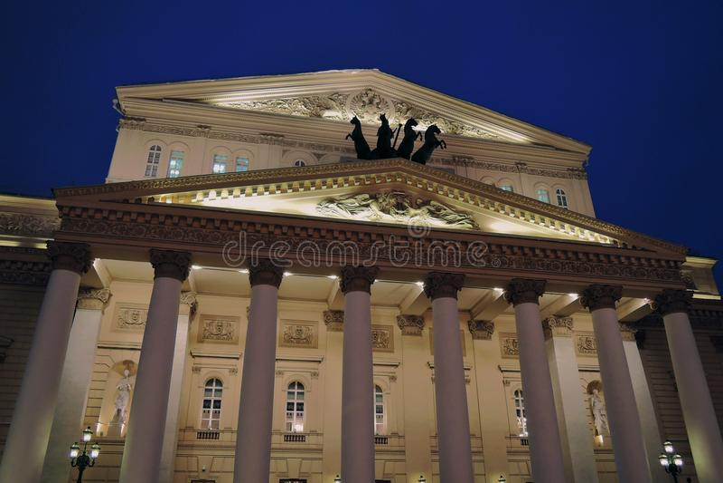 De historische bouw van het Bolshoytheater in Moskou De mening van de nacht stock foto's
