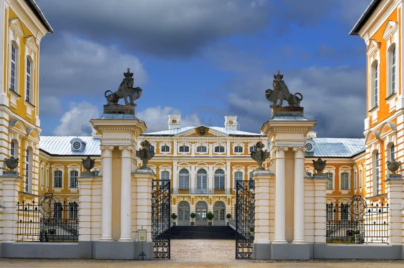 De historische bouw van stallen in Rundale-paleis, Letland royalty-vrije stock foto