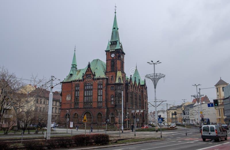 De historische bouw van de Universitaire Bibliotheek van Wroclaw bij koude de winterdag polen stock foto