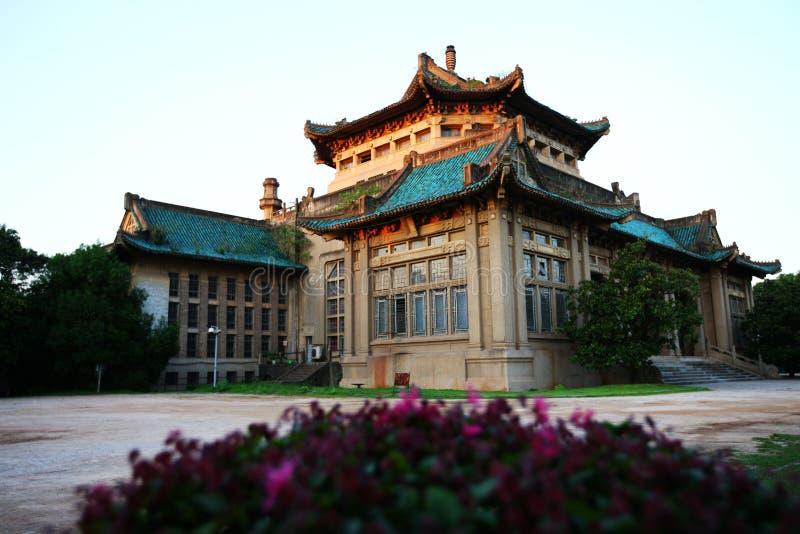 De historische Chinese Bouw met Zon het Plaatsen stock afbeeldingen