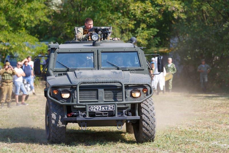 De historische Hoogten van festivalsambek Vechters van de Russische speciale krachten die een pantserwagen genoemd berijden Tijge royalty-vrije stock foto's