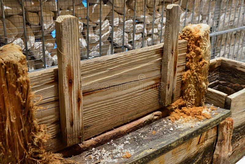 De historische houten vloedpoort gebruikte voor het houden en het vrijgeven van water van zoute gebieden waar het zout door verda stock foto
