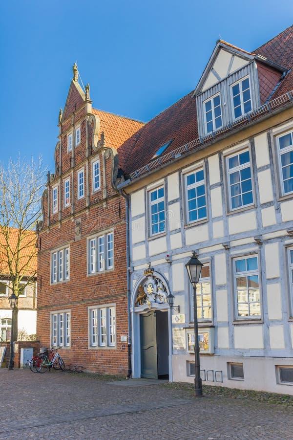 De historische huizen op a cobblestoned vierkant in Verden royalty-vrije stock foto's