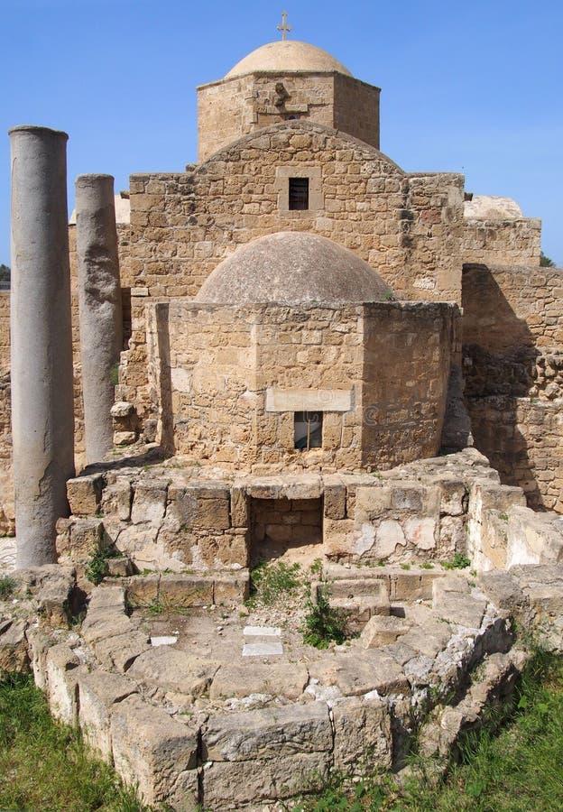 de historische kerk die van yia Kyriaki Chrysopolitissa in paphos Cyprus het achtergedeelte van het gebouw en de oude roman kolom royalty-vrije stock foto's