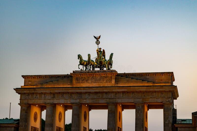De historische poort van Brandenburg in Berlijn bij zonsondergang stock afbeelding