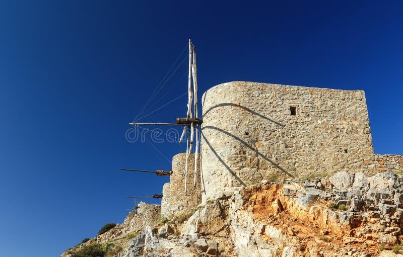 De historische resten van traditionele Kretenzische windmolens op Las-thiplateau in Kreta, Griekenland stock afbeelding