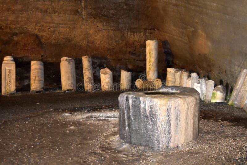 De historische ruïnes in hercules hollen binnen helvallei uit stock fotografie