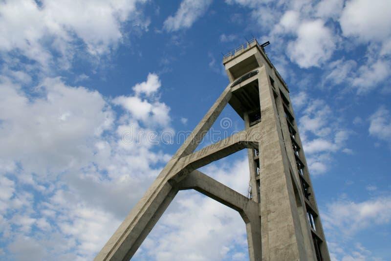 De historische toren van het mijnhijstoestel in Chorzà ³ w, Polen royalty-vrije stock afbeelding