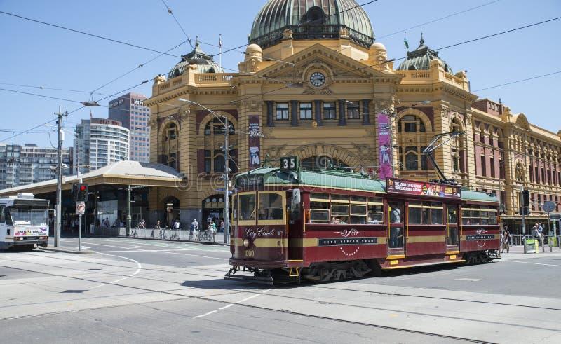 De historische Tram die van de Stadscirkel Flinders-Straatpost, Melbourne, Australië overgaan stock afbeeldingen